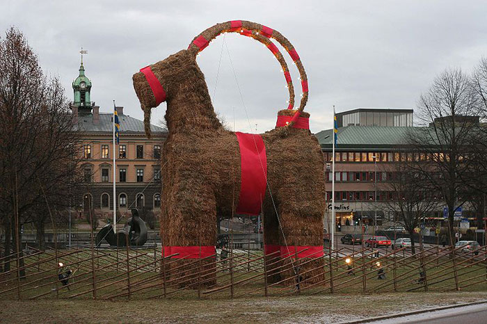 800px-Gavle_christmas_goat_2006
