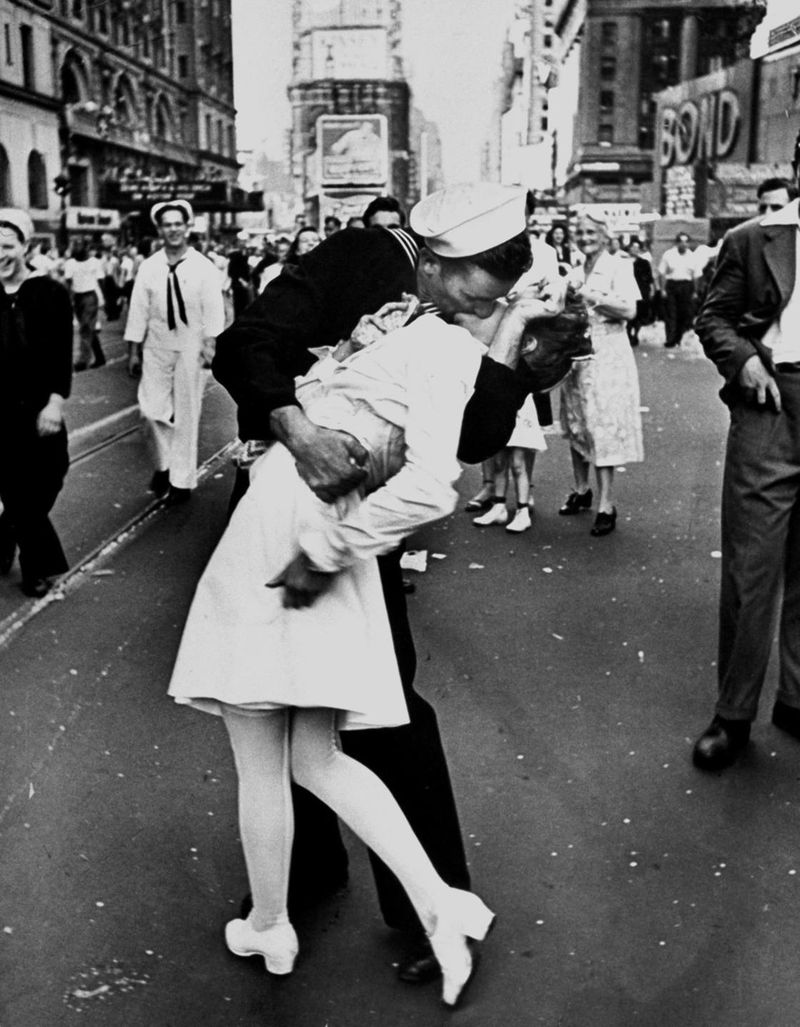 Alfred Eisenstaedt, V-J Day in Times Square, 1945